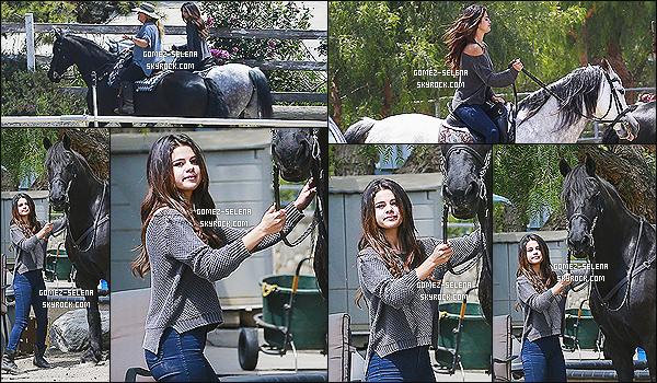 18/04/14 : Au cours de la journée, Selena Gomez a été photographié dans un centre équestre, à Los Angeles.   Selena est actuellement en train de faire le photoshoot promotionnelle de sa collection estival 2014 pour sa collection de vêtements : DOL.