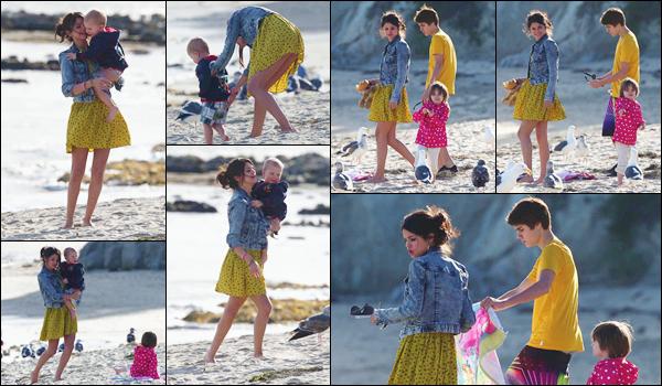 '- '-•-17/02/12 -' : Selena Gomez était à la plage avec Justin Bieber ainsi que la fratrie de ce dernier, dans Malibu. Très proche du petit frère et de la petite s½ur de son amoureux, Selena Gomez a été aperçue en jouant en compagnie de Jaxon et Jazmyn ! Un petit top.-