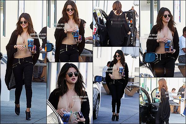 23/01/14 :   Selena a été repérée après avoir acheté un thé glacé, ainsi que des cigarettes à une station d'essence.  Concernant la tenue, j'adhère complètement! C'est ni trop coloré, ni trop sobre, c'est parfait. Et Selena reste belle et mignonne dessus.