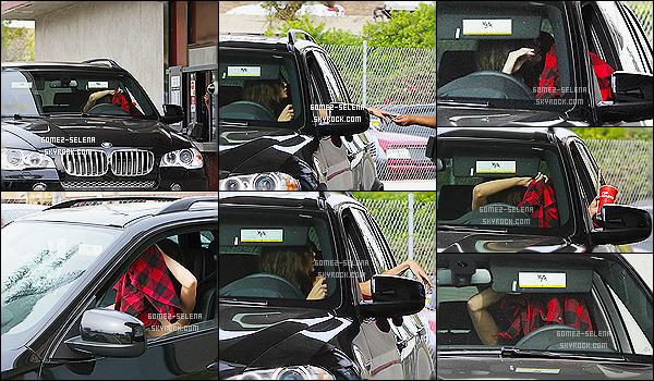 24/01/14 : La pétillante Selena au volant de son  véhicule, a été aperçue au « Jack in the Box » à Los Angeles.  Ce jour là, Selena n'avait visiblement pas l'air d'être d'humeur à voir les paparazzi débarquer, preuve elle se cache derrière sa chemise !
