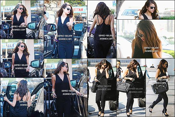 29/01/14 : Selena G. sortait après un déjeuner avec sa mère Mandy du « Little Cafe » toujours dans Los Angeles.  J'ai un petit coup de coeur pour la tenue de la belle, c'est classe et élégant. Sel' détient du temps pour elle et en profite, ça fait du bien.