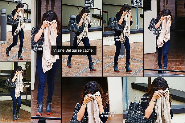 30/01/14 : Miss Gomez a été photographiée quittant un cabinet médical se situant dans la ville de Los Angeles.  Selly fait encore des siennes, et nous cache sa jolie bouille. Elle cherche visiblement de la tranquillité la brune. Niveau tenue, je valides.