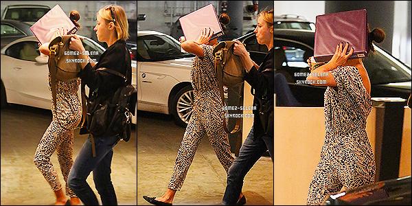 11/02/14 :   Gomez a été repéré arrivant puis quittant un Studio  après une séance photoshoot avec sa styliste !  La chanteuse portait une combinaison coupe-bas et était accompagnée de sa styliste, Basia Richard. Selly avait l'air vraiment fatigué