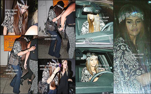 13/02/14 : Selena G. a été aperçue quittant le salon « Nine One Zero » (qu'elle fréquente souvent) à Los Angeles.  La belle en est ressortie avec une superbe coiffure et des extensions, ce qui nous vaut un magnifique top. Côté tenue, j'aime le haut !