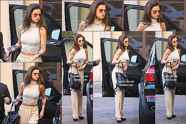 21/02/14 : Selena a été vu entrer et sortir de l'hôtel « Montage » dans le quartier de Beverly Hills, à Los Angeles.  Selena portait une tenue, assez.. spéciale. Habillée d'un pantalon beige, d'un haut assorti et de talons noirs que Selena s'est rendue là-bas.