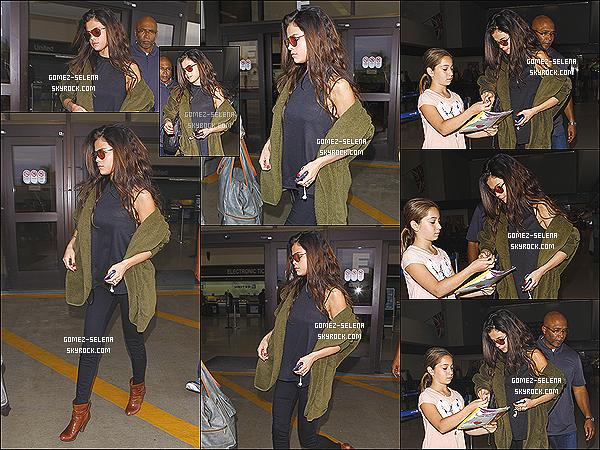 26/02/14 : Selena sortant de l'avion ainsi que de l'aéroport de « LAX » Los Angeles après son séjour au Colorado.  Selena a passé environs 3 jours dans le l'état du Colorado avant de revenir à L.A.X. Elle est aussi nominé au Kid Choice Awards 2014 !