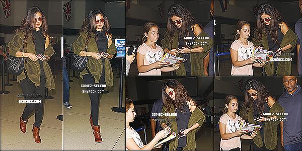 26/02/14 : Selena sortant de l'avion ainsi que de l'aéroport de « Los Angeles » après son séjour au - Colorado.  Selena a passé environs 3 jours dans le l'état du Colorado avant de revenir à L.A.X. Elle est aussi nominé au Kid Choice Awards 2014 !