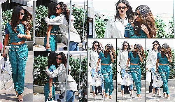 21/03/14 : Toujours à Los Angeles, Selena puis Kendall, ont été vu en arrivant au restaurant « Joan's on Third ».  Par la suite les deux amies se sont quitté pour regagner chacune leur voiture respective. Que pensez-vous de cette nouvelle ''amitié'' ?!