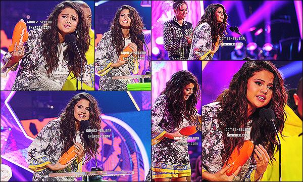 29/03/14 : Comme d'habitudes les  Kids Choice Awards avait lieu à Los Angeles et Selena était à la cérémonie.   Pas la peine d'aller sur le tapis orange... Selena a posé avec de nombreuse stars présente et a remporté son prix : Chanteuse favorite.