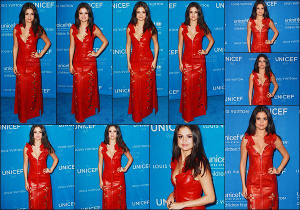 - 12/01/16 - Selena Gomez était présente lors du « 6th Biennial UNICEF Ball » à Beverly Hills, Californie.Je n'adhère pas du tout à la tenue de Selena, dont je trouve la couleur immonde. Cette robe Louis Vuitton rouge qui tire sur le orange est informe ...-