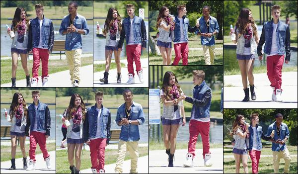'- '-•-30/06/12 -' : Selena Gomez mangeait une glace dans un parc, avec son petit ami et Khalil, à Los Angeles. C'est très complice qu'on retrouve le couple main dans la main, tous les deux affublés de deux tenues vraiment laides et mal agencées. Un gros flop !-