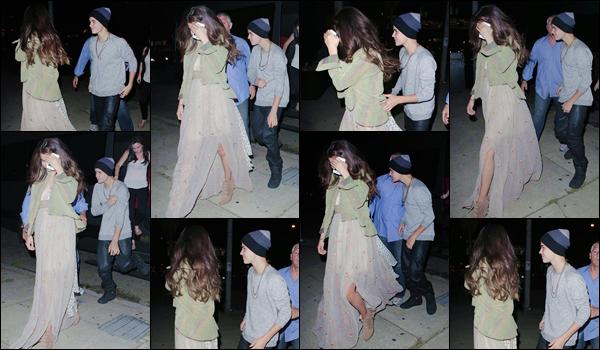 '- '-•-25/08/12 -' : Selena Gomez était de sortie en compagnie de son copain Justin Bieber dans West Hollywood. Accompagné d'Ashley Cook, le couple se trouvait dans les rues de West Hollywood. Cette tenue que Selena porte est tout simplement immonde. Un flop !-