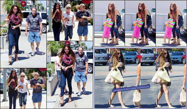 '- '-•-24/07/12 -' : Selena Gomez quittait le café « Panera Bread » avec ses grands-parents, dans Sherman Oaks. La même journée, Selena Gomez quittait une salon de pédicure, se trouvant situé dans la ville de Los Angeles. Pour ses tenues, j'accorde deux jolis tops.-