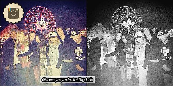 05/04/14 : En compagnie de Fredo et Samantha, Selena G. était au parc Disney Land, à Anaheim en Californie.   Malheureusement il n'y a que ces deux photos plutôt MQ de disponible pour le moment, ainsi qu'une courte vidéo, une photo sur insta