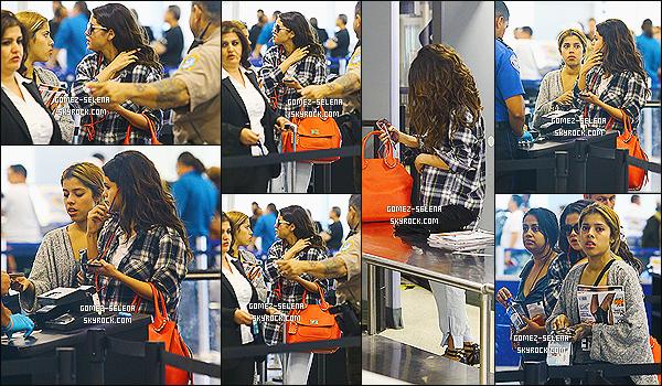 10/04/14 : Selena Gomez a été photographié lorsqu'elle passait les douanes à l'aéroport de Miami, en Floride.   Selena était a Miami pour rejoindre Justin Bieber, comme on a pu le voir sur le candids précédent. Selena rentre donc à Los Angeles (?)