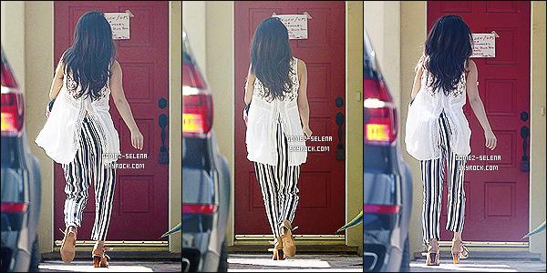 16/04/14 : Ayant été vue en voiture plus tôt, Selena a été photographié en arrivant à la maison d'une amie à LA.   Le 13 avril dernier, Selena G. a été vue en compagnie de Justin Bieber à Coachella ! L'ex couple serait-il entrain de renouer les liens..?