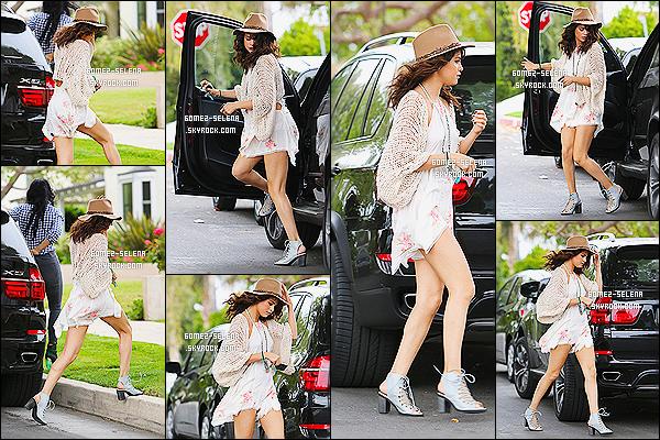25/04/2014 : Selena Gomez, aperçue arrivant à un studio d'enregistrement situé dans  Los Angeles en Californie.   Puis dans la même journée, elle a été vue quittant un convenience store. Elle s'est lâchée sur sa tenue, c'est très court... Top ou Flop ?
