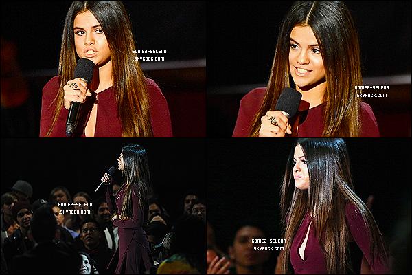 01/05/14 :  Selena Gomez, s'est rendue à la cérémonie des « iHeartRadio Music Awards » qui ont eu lieu à LA ! Je n'ai rien à reprocher à la tenue, elle est simple et sobre. Par contre le make-up qu'elle porte est horrible, on dirait qu'elle est malade.