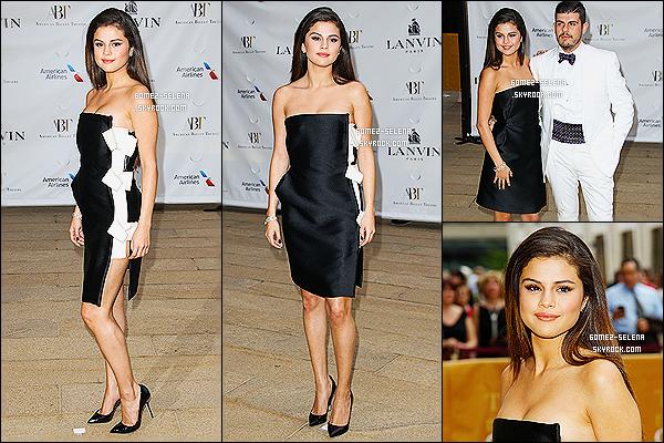 12/05/14 :  Selena Gomez  était présente au « American Ballet Theatre 2014 Opening Night Spring Gala » à NY. Cet événement a pour but d'ouvrir la saison des spectacles de ballet. J'aime beaucoup la tenue et le maquillage que porte Selly Gomez.