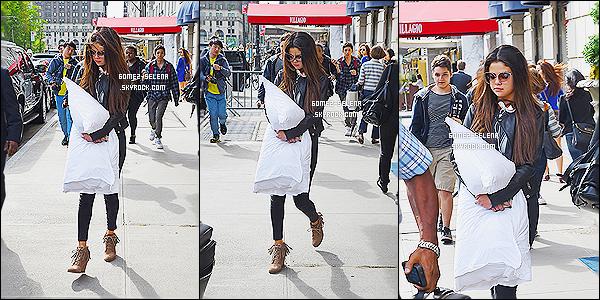 13/05/14 : La splendide  Selena Gomez a été aperçue alors qu'elle quittait son hôtel toujours dans la ville de  NY. C'est accompagnée de son coussin blanc que la belle Selena a été vue sortant de sont hôtel , je suis complètement fan de sa tenue, top !