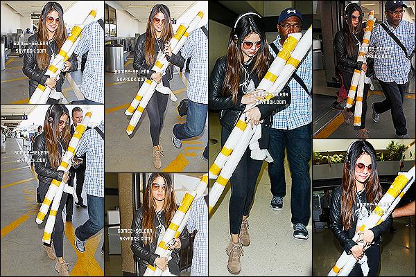 13/05/14 : La splendide  Selena Gomez a été aperçue alors qu'elle quittait son hôtel toujours dans la ville de  NY. C'est accompagnée de son coussin blanc que la belle Selena a été vue sortant de sont hôtel, je suis complètement fan de sa tenue, top