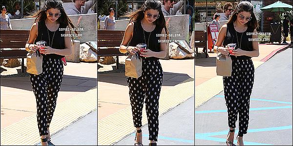 15/05/14 : C'est en compagnie de Darbi Gwyn - que miss  Selena  G - a été aperçue allant chercher un déjeuné.  Comme à son habitude Selena  va se commander à manger dehors. Je n'aime pas plus que ça sa tenue mais,  ça reste un top  pour moi !