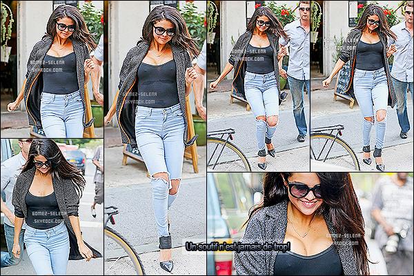 09/07/14 : Mademoiselle S. Gomez  , a été prise en photo quittant le restaurant : «  Bedford  » dans New York ! Toujours dans la même journée, la belle a été vue quittant « Allswell » dans Brooklyn ! Pour ma part sa tenue est un sublime TOP !