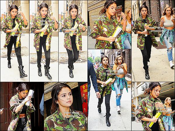 10/07/14 : Miss  Selena Gomez  a été aperçue sortant d'un rendez-vous professionnel - dans  New-York City. Je trouve sa tenue juste horrible ! On dirait un garçon manqué, Selena s'est essayé à un nouveau style mais s'est loupée ! Gros flop !