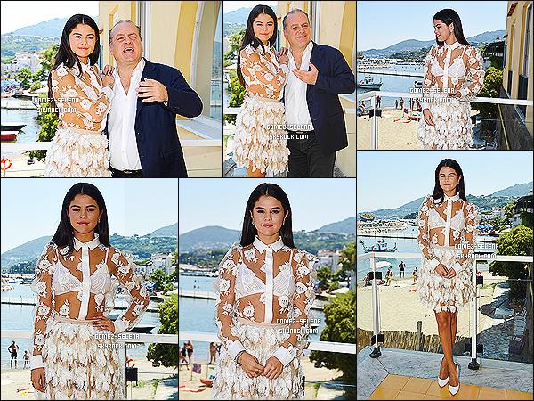 19/07/14 :  Selena était encore une fois présente lors du « Globel Fim & Music Fest » pour Rudderless à Ischia.  Cette fois Selena donnait une conférence de presse toujours pour la promotion du film dont elle est en tête d'affiche. C'est un top Selly.