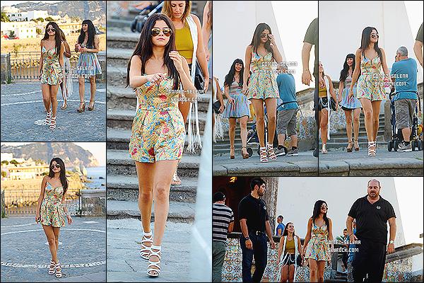 19/07/14 : Pendant la journée, Selena a été photographié lors d'une visite guidée dans la ville de Ischia, en Italie.  Lors de cette visite, en plus de s'être arrêté à un kiosque avec le réalisateur, Selena G. a aussi été photographié dans une église de la ville.