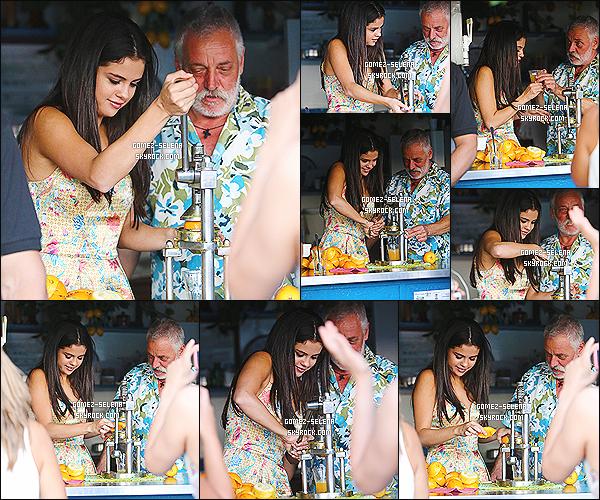 19/07/14 : Pendant la journée, Selena a été photographié lors d'une visite guidée dans la ville de Ischia, en Italie.  Lors de cette visite, en plus de s'être arrêté à un kiosque avec le réalisateur, Selena a aussi été photographié dans une église de la ville ...
