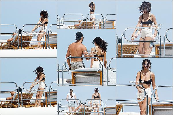 22/07/14 : Encore un fois, Selena Gomez profitait du beau temps sur un yacht avec ses amis, à Saint-Tropez.  On peut voir que Cara est encore présente. Entre bronzette et baignade, elle a aussi fait du jet-ski avec un ami. Petit top pour son maillot.