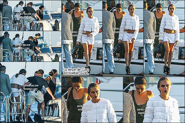 23/07/14 : Selena quittait le yacht pour aller au gala de la fondation de Leonardo DiCaprio - à Saint-Tropez.   Selena G. fait un très beau top vêtue de sa robe dans les tons de brun. Elle a changé de tenue dans la soirée, une robe noire avec un voile en tulle.
