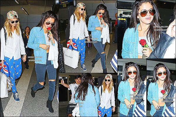 24/07/14 : Selena Gomez et son amie Cara Delevigne arrivaient à l'aéroport de LAX à Los Angeles, Californie.   Selena a donc quitté l'Europe pour retourner chez elle aux USA. Apparemment SG et Cara ne se lâche plus, des nouvelles meilleures amies en vue?