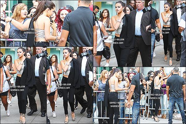 29/07/14 : Selena Gomez était à l'avant-première de son film « Behaving Badly » qui se tenait à Los Angeles. Je suis déçue par sa tenue, non pas que ce soit laid mais ce n'est pas très recherché pour une avant-première. Une robe aurait peut-être été mieux.