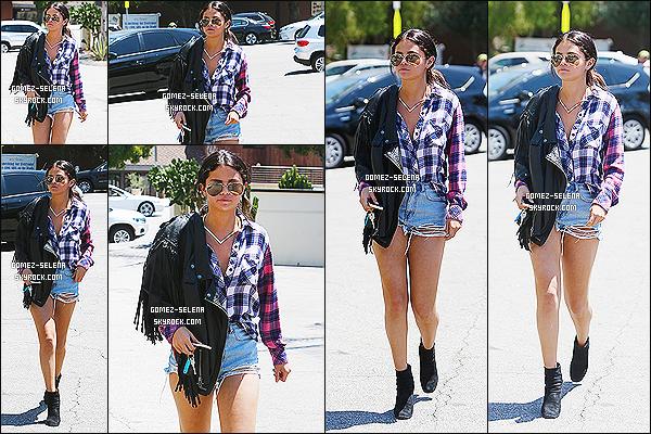 31/07/14 : Pendant la journée Selena se dirigeait dans un immeuble pour une réunion d'affaire à Los Angeles. J'aime beaucoup sa tenue mais le short est vraiment trop court. Oui Selena tu as un beau corps mais on ne veut pas nécessairement voir tes fesses.