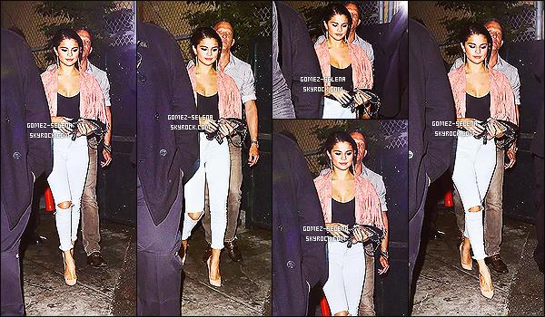 28/06/14 : En soirée, Selena Gomez quittait le bar gay « The Abbey Food & Bar » à West Hollywood  - (CA) ! Alors là je n'aime pas du tout la veste à frange. Sa tenue est bien mais la couleur de cette veste est hideuse. Je donne un bof pour ne pas dire flop.