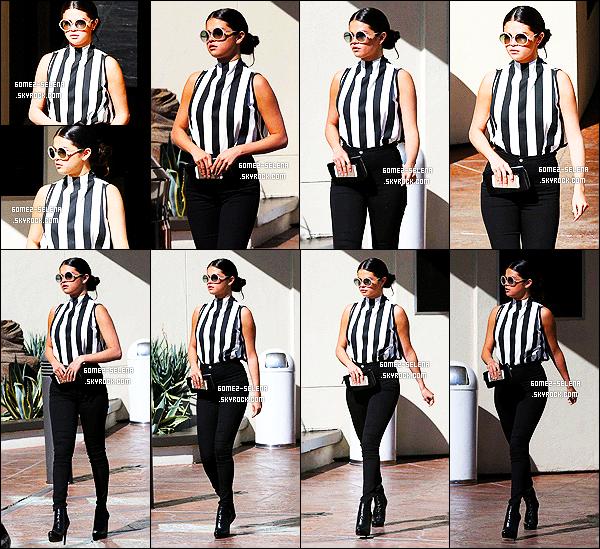 05/08/14 : Selena est apparue, marche imperturbable se rendant à un immeuble de bureaux de Los Angeles. Selly portait un jean taille haute et un chemisier rayé noir et blanc. Cette tenue lui va à ravir, elle la met en valeur mais elle est trop sombre! Avis?