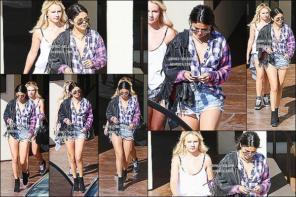 31/07/14 : Un peu plus tard, Selena Gomez a été vue alors qu'elle quittait la réunion d'affaire avec une amie. Bien que la tenue est très jolie j'essaie de comprendre pourquoi elle a ajouté une veste que d'un côté ? Je pense pas qu'en Californie il fasse froid..