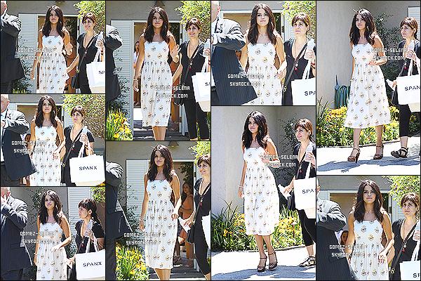 10/08/14 : Selena G. comme plusieurs autres, était présente au « Jennifer Klein's 2014 Day of Indulgence » !  Pendant ce petit événement, Selena Gomez a posé avec la très talentueuse Lea Michele de la série Glee. J'accorde un gros top à S. Gomez, j'adore.