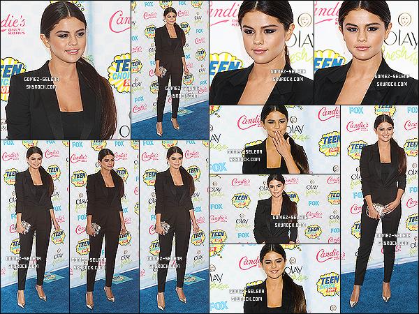 10/08/14 : Selena Gomez posait sur les tapis bleu des « 16th annual Teen Choice Awards » à Los Angeles !  Selena Gomez a posé avec Sarah Hyland entre autre. Selena a reçu les prix suivant : « Ultimate Choice Award » et « Choice Female Hottie ».