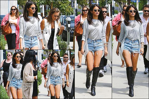 19/08/14 :  Miss Selena Gomez ainsi qu'une amie, quittait le « Gracias Madre » à West Hollywood, en Californie.  Enfin un vrai candids, il était temps ! J'accorde un gros top à Selena, la tenue est vraiment très jolie et bien agencé,  puis les bottes sont adéquates !