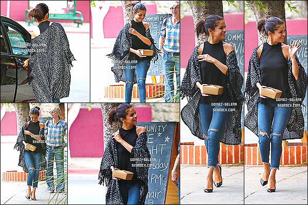 21/08/14 : De nouveau, Selena Gomez quittait un restaurant après avoir mangé avec ses amis, à Los Angeles. Les photos de cette nouveautés ne sont pas fameuses, veuillez donc m'excuser pour l'état dans montage... Pour sa tenue, c'est un joli top pour Selly.