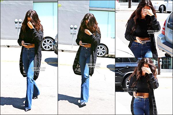 . 26/08/2014 - Miss Gomez a été repéré  arrivant à un immeuble de bureaux à Los Angeles. .