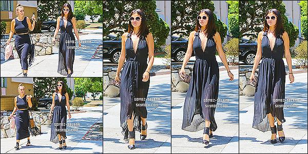 22/08/14 : Accompagnée, Selena Gomez quittait la maison d'une de ses amies à Los Angeles - en Californie. Apparemment Selena montre enfin le bout de son nez depuis les deux dernier jours ! J'adore totalement cette tenue, elle est magnifique je trouve.
