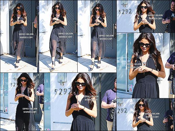 22/08/14 : Dans la journée, Selena Gomez était au salon de coiffure « Nine Zero One » dans West Hollywood. Comme vous pouvez le voir, Selena G. s'est fait mettre des extension à ses cheveux. Apparemment elle ne sait pas ce qu'elle veut : long ou court ?