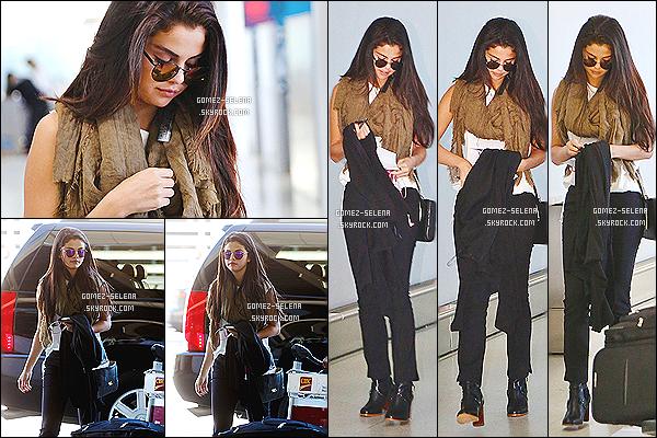 . 07/09/14 : Le lendemain, l'actrice se trouvait à l'aéroport de Toronto - pour retourner à LA. S. n'était pas accompagnée de son boyfriend, qui a eu du rester au Canada pour quelques jours de plus. Sinon toujours au top notre Selena ! .