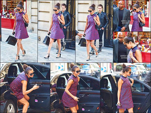 . 30/09/14 :  La belle S. Gomez a été aperçue en train de faire du shopping dans les rues Paris. COTÉ TENUE: J'en suis fan, la petite robe que porte Selly est vraiment mignonne, de plus les lunettes de soleil et le chignon lui vont à ravir. .