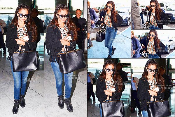 . 01/10/14 -   Selena Gomez, a été repéré à l'aéroport Charles de Gaulle  situé à Paris. Et quelques heures après avoir été repérée quittant Paris, la braguette ouverte a été vue arrivant à l'aéroport international de Los Angeles « LAX ».  .