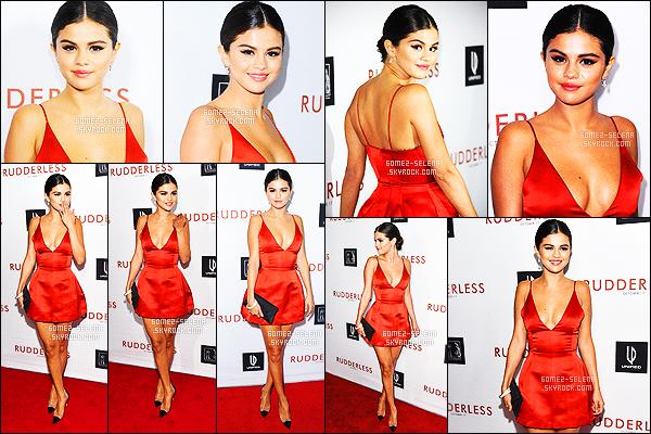 07/10/14 : Selena Gomez était présente à l'avant première de son film  Rudderless se déroulant à Los Angeles. Je ne suis pas du tout fan de la robe de la Gomez. De plus elle est très courte et en plus de ça a un grand décolleté ça fait vulgaire. FLOP.